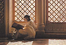 Pilgrim reading the Holy Quran Click to view high resolution version